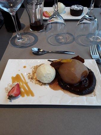 Poire pochėe , boule de glace vanille sur lit de chocolat