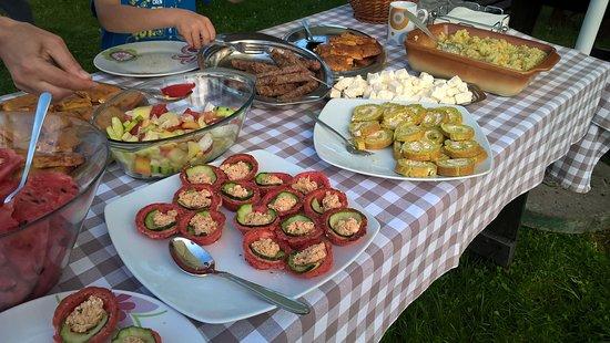 Kosjeric, Serbia: Diner buffet outside