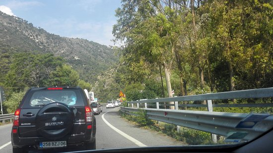 Airole, Italie : Dans la Vallée de la Roya coté Italien une attente interminable causer par des travaux avec une circulation alternée !