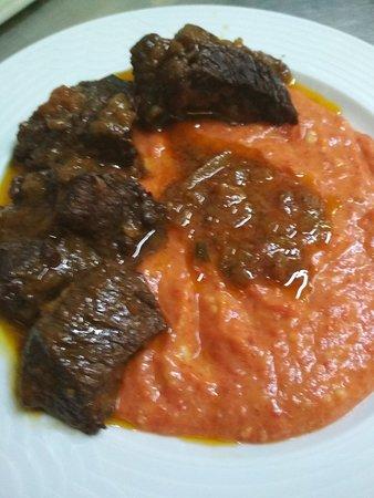 Μοσχαράκι καλοκαιρινό με φρέσκια ντομάτα και πουρέ γλυκιας πιπεριάς Φλωρίνης..με μελιτζάνα.Αργοφαγειο!