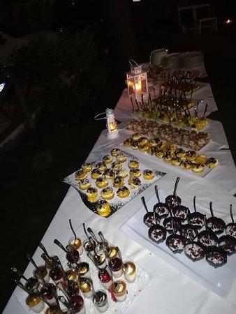 Una tavolata di dolci misti