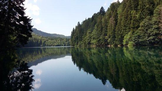 Tskhinvali, Gruzja: Озеро Коз, удивительно красивое место в Южной Осетии..