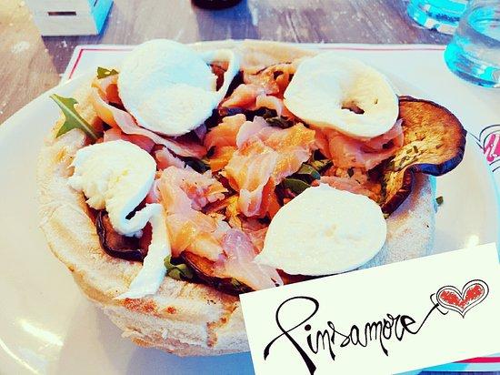 Olgiata, Italie : Insalatona salmone melanzane pachino e bufala in cestino di Pinsa Romana