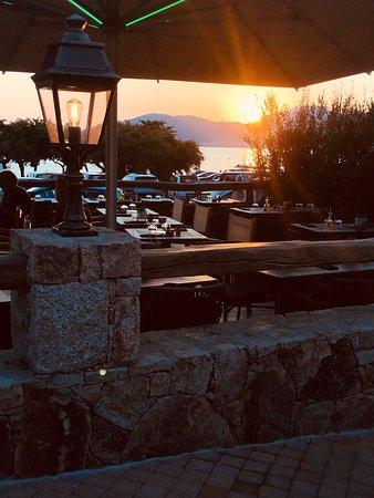 Terrasse en bois et en pierres, face à des beaux couchers de soleil. Arrêtez vous flâner dans un endroit des plus reposant et des plus confortables!