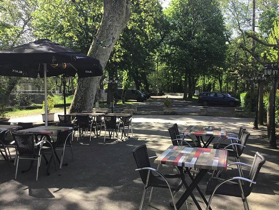 Saint-Michel-de-Lanes, Francja: une jolie terrasse bien ombragée ...