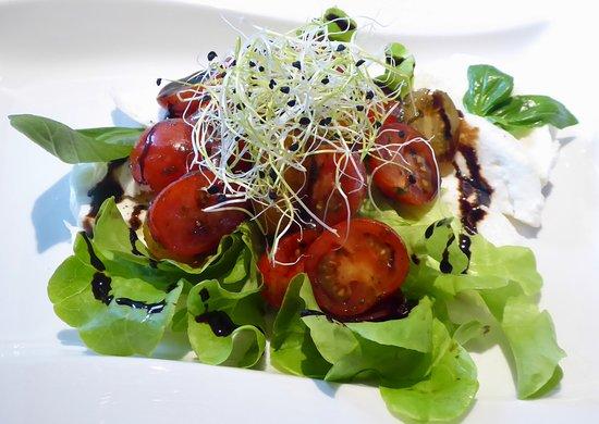 Büffelmozzarella mit Cherrytomaten, frischem Basilikum und Balsamico-Dressing