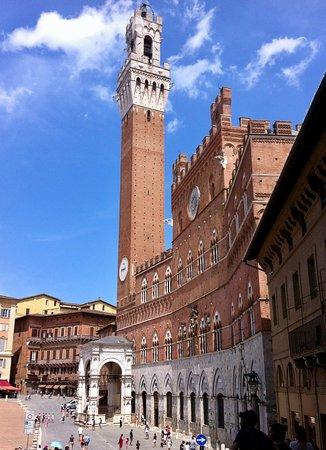 La splendida facciata gotica del Palazzo Pubblico e la Torre del Mangia. Luglio 2019