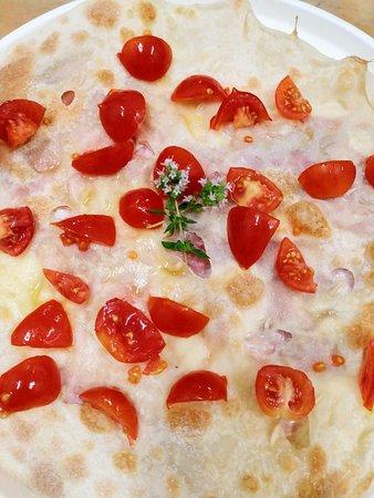 Focaccia al formaggio con prosciutto cotto, taleggio e pomodorini 🤪  La troverai solo da FOLLIE DI FOCACCIA!!