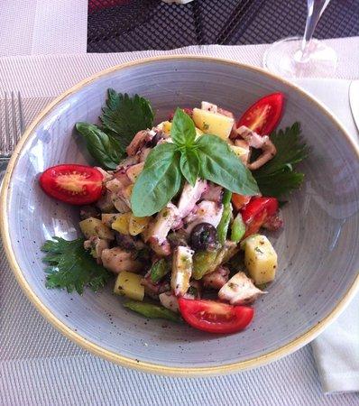 Ecublens, Suisse : Salade de poulpes avec patates, olives noires, tomates, céleri branche et persil.