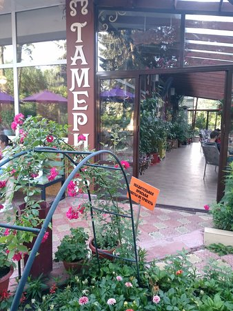Tameris: Вход в здание кафе, справа летняя веранда