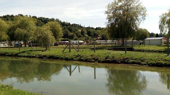 Merck-Saint-Lievin, فرنسا: Un des étangs, camping en vue arrière