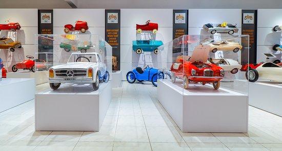 Vysoké Tatry, Slovensko: V muzeálnej časti Pedal Planet nájdete viac ako 50 unikátnych autíčok, ktoré sú rozdelené podľa krajiny vzniku: od Talianska cez Nemecko, Rusko, Francúzsko a Veľkú Britániu až po výrobcov v ostatných európskych štátoch. Samostatnou sekciou je luxusná značka Rolls Royce.