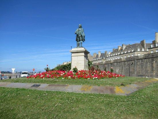 Monument à Mahé de la Bourbonnais