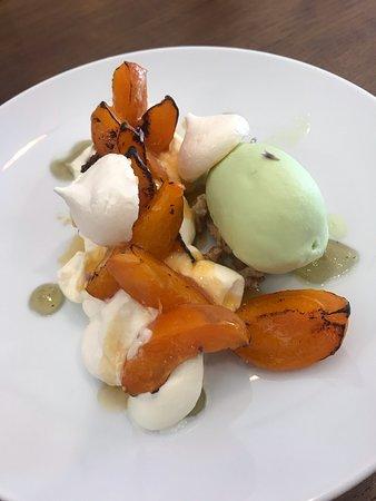 Pavlova aux abricots, glace à la Chartreuse, coulis de verveine, miel