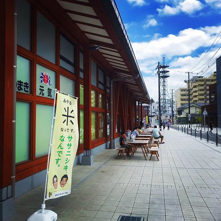 1階は石巻の特産品販売、2階はレストラン