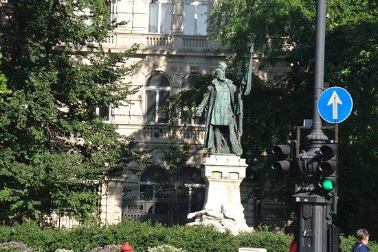 ロータリーにある4体の銅像のうちのひとつ