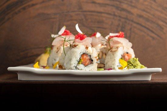 CRUDO A COLORI — Salmone, asparago in tempura, yuzu, mandorle, carpaccio di ricciola e tobikko rosso.