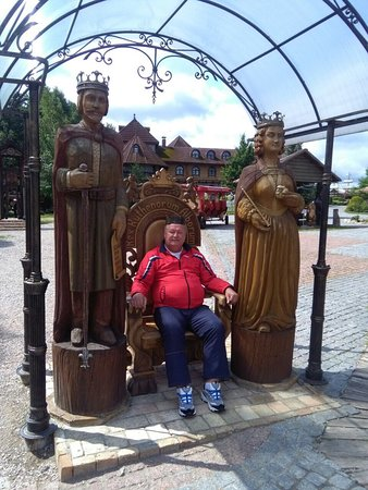Korobchitsy, เบลารุส: Деревянный трон короля Кальмана для фотографирования посетителей маёнтака «Коробчицы»