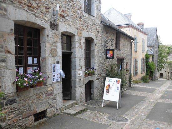 Sainte-Suzanne, Frankrike: Extérieur du musée de l'auditoire.