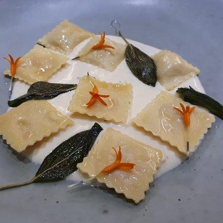 Ravióli de bana com fonduta de queijo e salvia