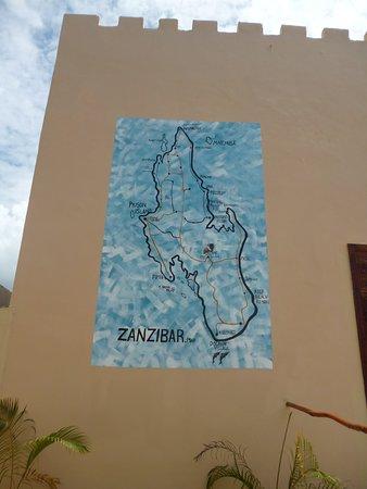 """Cartina geografica  dell'Isola di Zanzibar , abilmente eseguita da maestri Zanzibarini sul muro di un Resort a  Marumbi  """"Chwaka Bay""""."""