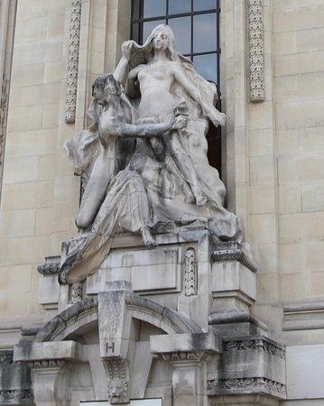 J'ai du mal à décrire cette statue car celle-ci est sale