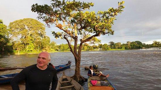 Kumalu, ซูรินาเม: Avond aan Tapawatravallen in Boven-Suriname