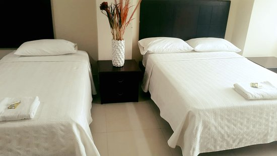 Catamayo, Ekwador: Habitación Familiar  Valor $ 20.00 (por persona) -Cama de 2 plazas -Agua Temperada -Wi-fi  -Televisión Led con Tv cable -Aire Acondicionado  -Parqueadero Subterráneo -Ascensor