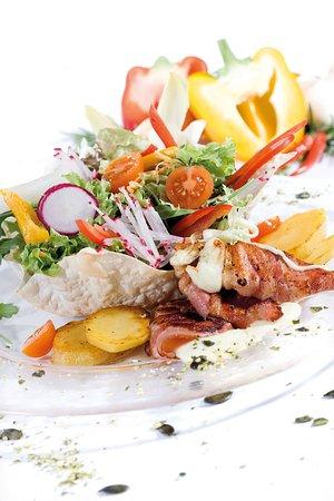 Pöllauberg, النمسا: sommerliche Salate mit gebratenem Bio Ziegen-Frischkäse