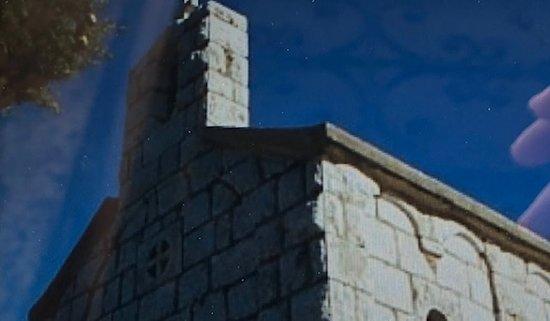 Okrug Gornji, Croatia: Notare i decori in rilievo della parte superiore della facciata laterale !