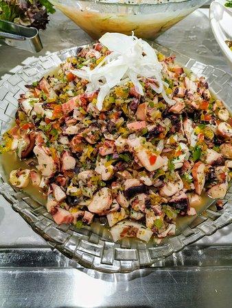 Vinagrete de Polvo. Buffet com variedade de peixes e frutos do mar.