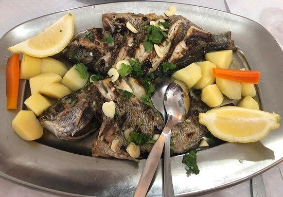 Almograve, Portugal: Pražmy na grilu v restauaci O Lavrador - jednoduché, čerstvé, skvělé