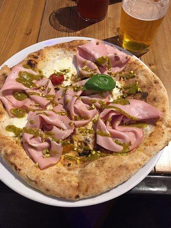 Ottima pizza gourmet, oltre le classiche con prodotti tipici ci sono delle varianti gourmet molto interessanti.  Ambiente accoglie e molto curato dei dettagli, personale cordiale e cortese.