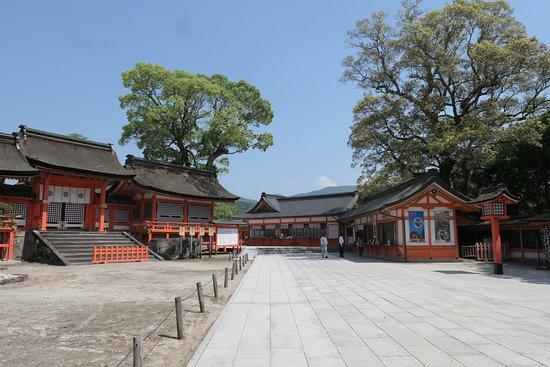 西大門から先はどれもが素晴らしい社殿がある宇佐神宮の本殿上宮です。この西大門で一度気を引き締め感動の本殿上宮へ向かいましょう!!