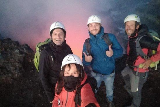 在埃特納火山頂部徒步旅行