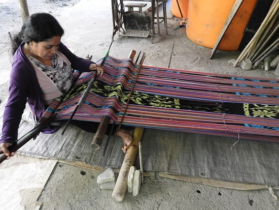 Venilale, تيمور الشرقية: In Venilale many women weave tais in their homes. This cloth is colourful and warm. Traditional clothing is made from Tais. At the community centre modern products like bags etc are made for sale.