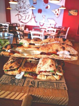 """Farina Malaga: ¿Estáis preparandos para descubrir un nuevo nivel de sabor? 🤤 ¡Llegan los APERITIVOS ITALIANOS! 🇮🇹 Con una bebida 🍺 buffet libre 🍢. ¡No te faltará comida! 😋   Por solo 7 € todos los días de 19:00 a 21:00. ¡TODOS LOS DÍAS! 😱 ¿Os lo vais a perder? 😜  . . ¡Auténtica comida italiana 🇮🇹! Pizza 🍕 y """"Pagnottello"""" 🥖 hechos en horno de leña🔥 ¡Sabor y pasión en @farina_malaga! 💕 . .  📍C/DEMÓSTENES 59, MÁLAGA-TEATINOS 📞 951 77 66 98 🌐 pickyourkind.com  . . #FarinaMálaga #PickYourKind #Málaga #FoodMálaga"""