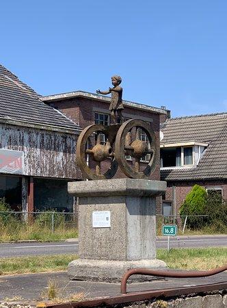Hoogersmilde, เนเธอร์แลนด์: Beelden langs de vaart. Er staan er vier over een langere afstand.