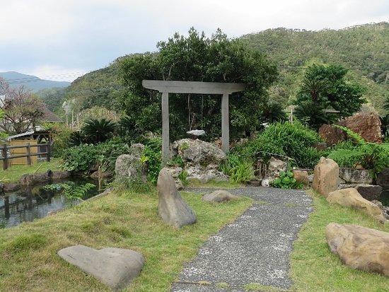 Oshima-gun, Japan: 敷地内にあるブランコ?