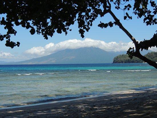 Pulisan, Indonesië: Depuis la plage au pied de l'hôtel, volcan dans la brume