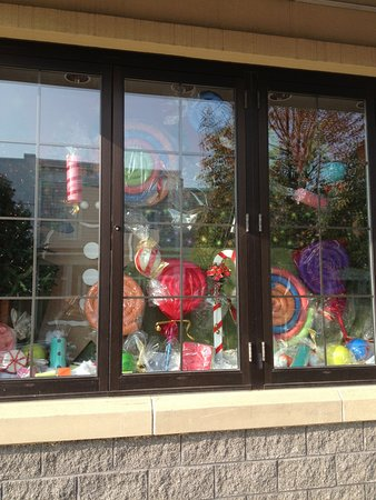 Sebring, OH: Beautifully decorated front display window!