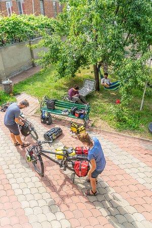 חאשורי, גרוזיה: There is space to repair or prepare your bicycle, motorbike or car. A car mechanic is just around the corner.
