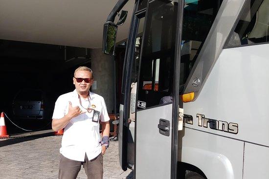 hello bus pariwisata