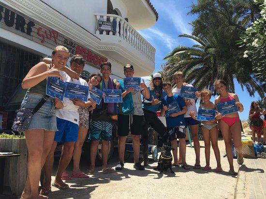 Zahara de los Atunes, España: Los nuevos licenciados de Zahara Surf con la mascota Larrita