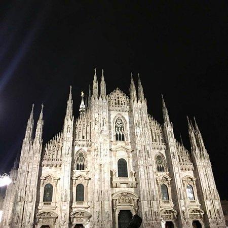 Fa buio al Duomo mentre la Madonnina protegge Milano...