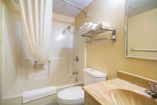 Lansing, KS: Bathroom in guest room
