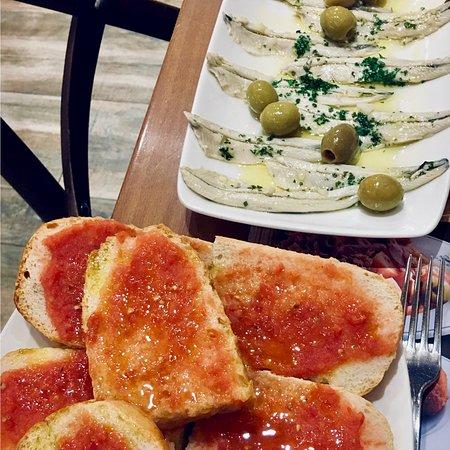 """""""Pequeños/grandes placeres""""...comer pan con tomate y boquerones en Madrid...😃😋😊"""