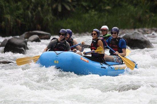 在Pacuare河漂流III-IV