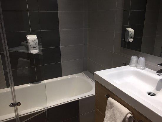 Hotel Lodge La Valette: Chambre familiale  Les photos ont séduit les proches qui vont venir en septembre 2019