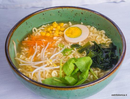 Il #Ramen, la famosissima zuppa di #noodles, è diventato un'icona culturale giapponese, ed è conosciuto e gustato in tutto il mondo anche nella sua variante istantanea. 🍲🍣🍱 . Conosci gli ingrendienti del Ramen e tutte le curiosità di questo prelibato piatto❓ . Vieni a scoprirle sul nostro sito! ▶️ https://www.oishifollonica.it/ramen-la-famosa-zuppa-giapponese/ . Ti aspettiamo per gustare il Ramen e altre specialità della #cucinagiapponese presso il #RistoranteOishi a Follonica (GR)!
